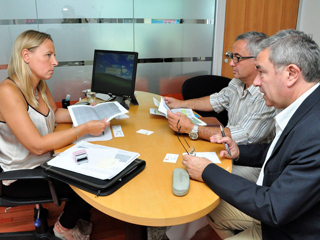 Noticias_chivilcoy_Crespi-y-Alonso-con-gerente-de-Banco-Hipotecario otro