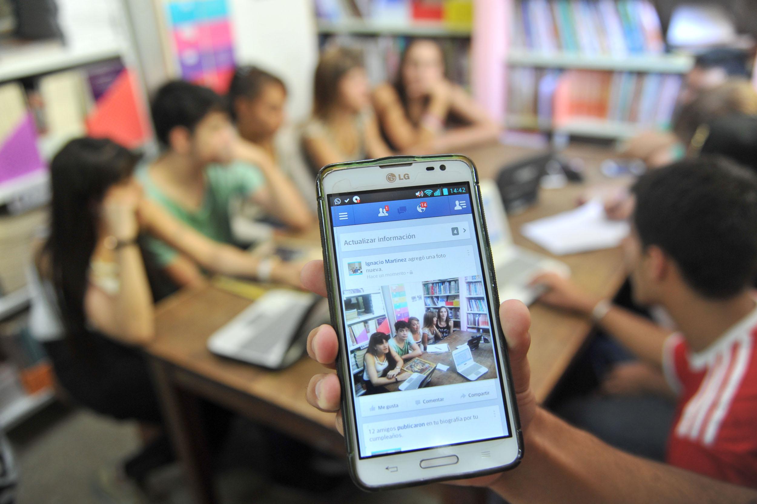 """28 marzoAlumnos y profesores """"conectados"""" para el buen uso de las redes sociales (1)"""