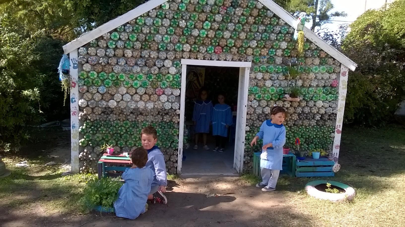 29-marzo2016 - Aprenden sobre el cuidado del medio ambiente mientras construyen una casita de botellas 2