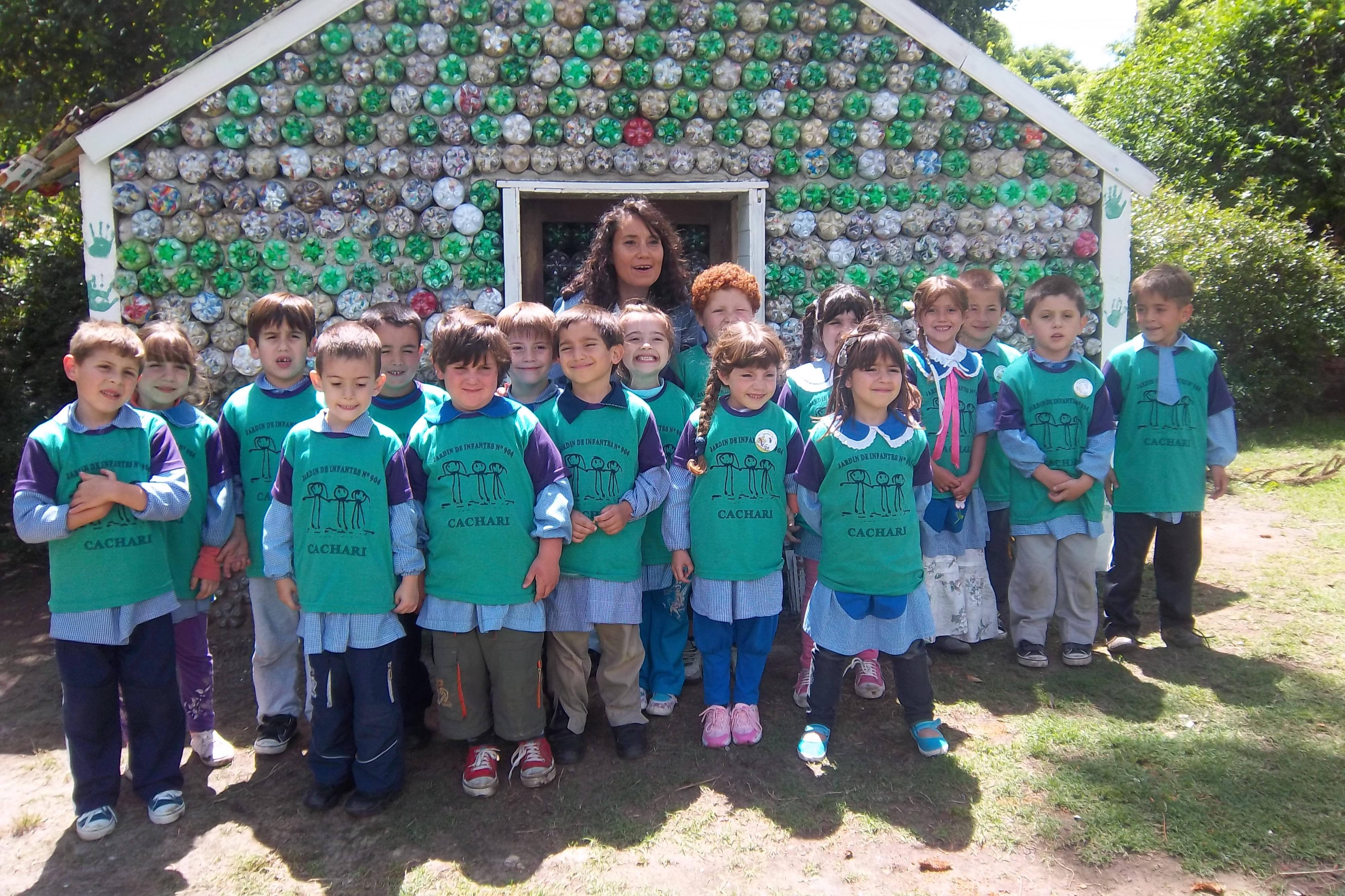 29marzo2016 - Aprenden sobre el cuidado del medio ambiente mientras construyen una casita de botellas 1