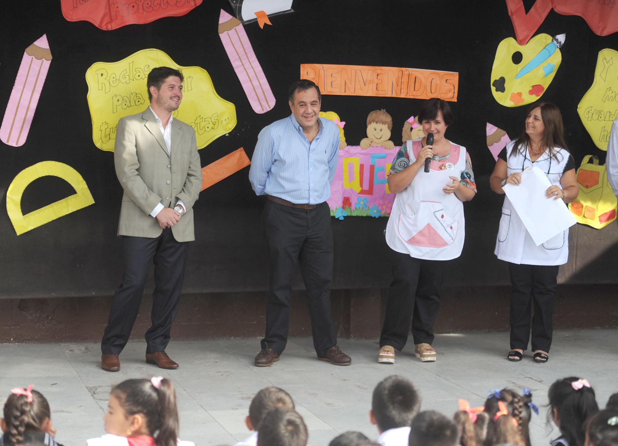 Noticias-chivilcoy_4marzo03-2016 - Finocchiaro visitó la Escuela 6 de La Matanza donde curso primaria 4