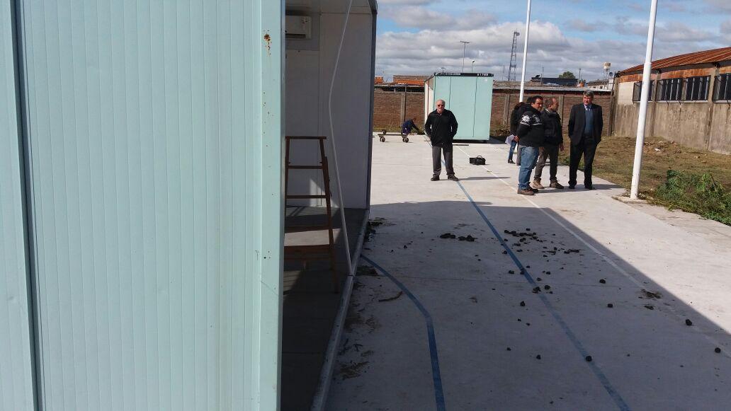 28-04-2016 - Comenzaron a instalar las aulas modulares en la Técnica 2 de Ensenada 3