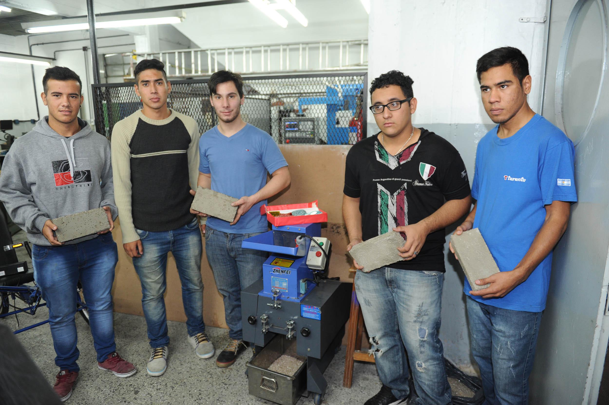 Noticias_chivilcoy_ educ14-04-2016 - Alumnos de 7 Año Tecnica 6 de Avellaneda fabricaron ladrillos ecológicos