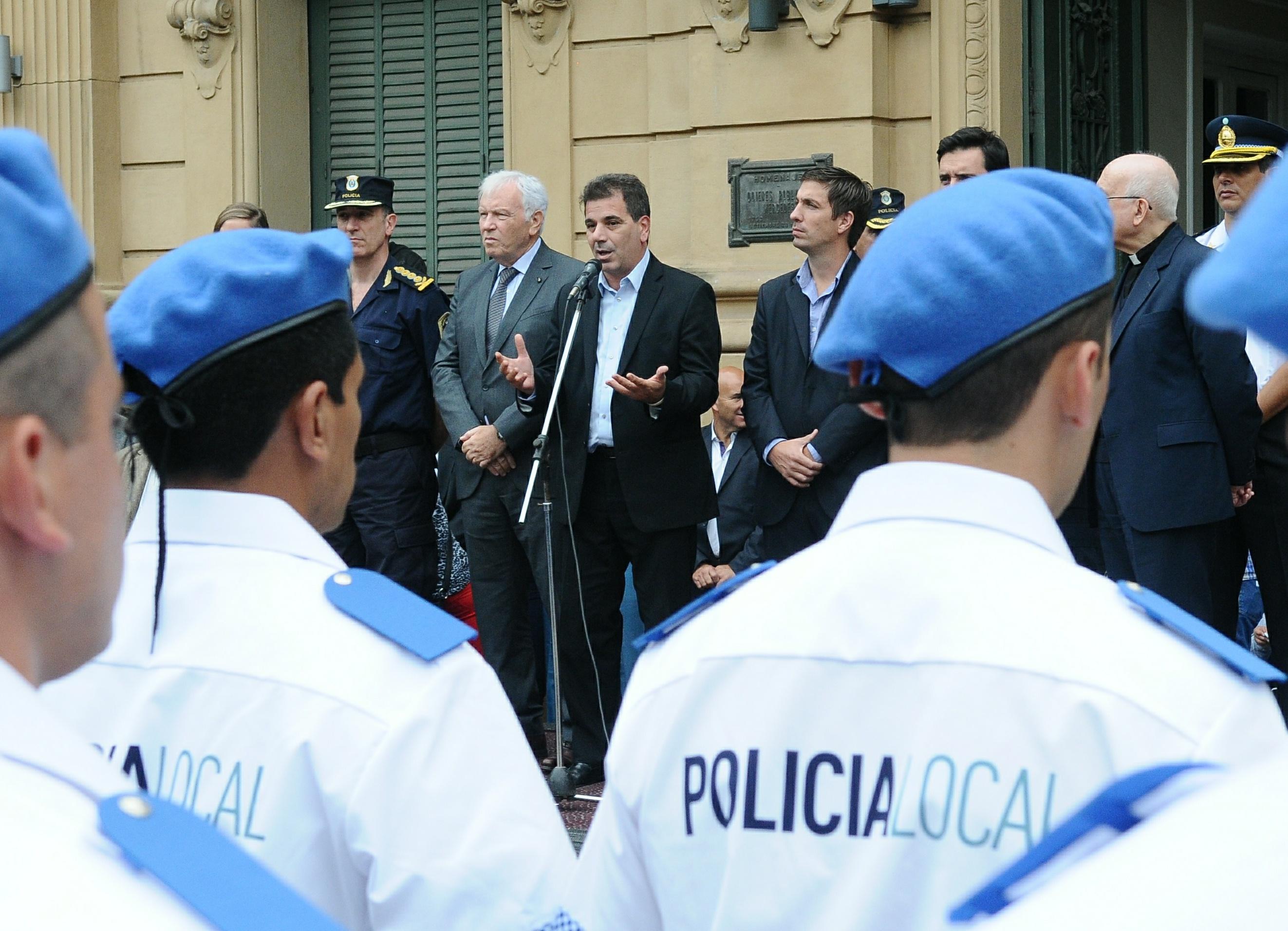 Ritondo presidió egreso de Policía Local de Mercedes y entregó chalecos antibalas (1)