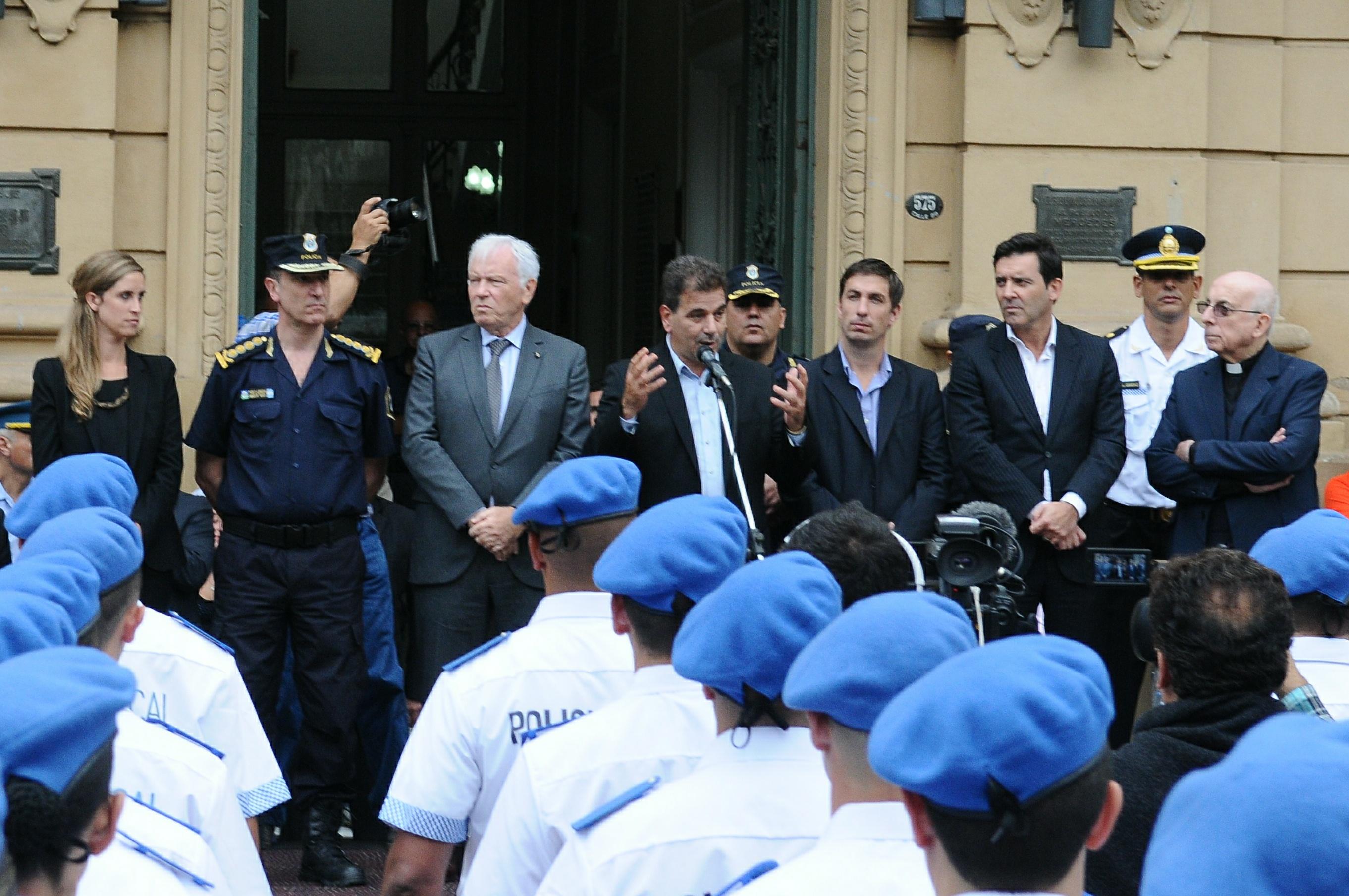 Ritondo presidió egreso de Policía Local de Mercedes y entregó chalecos antibalas (3)