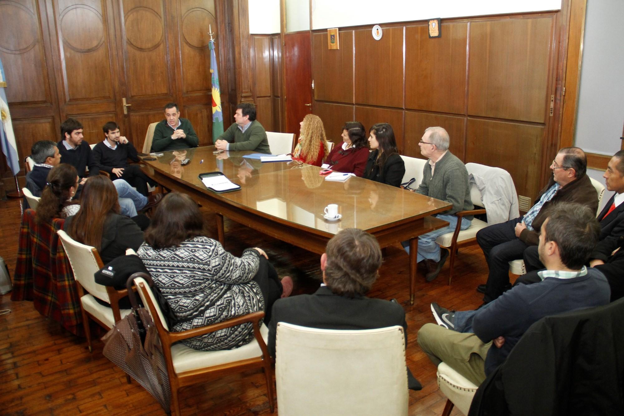 Finocchiaro con referentes educativos y autoridades municipales de Las Flores