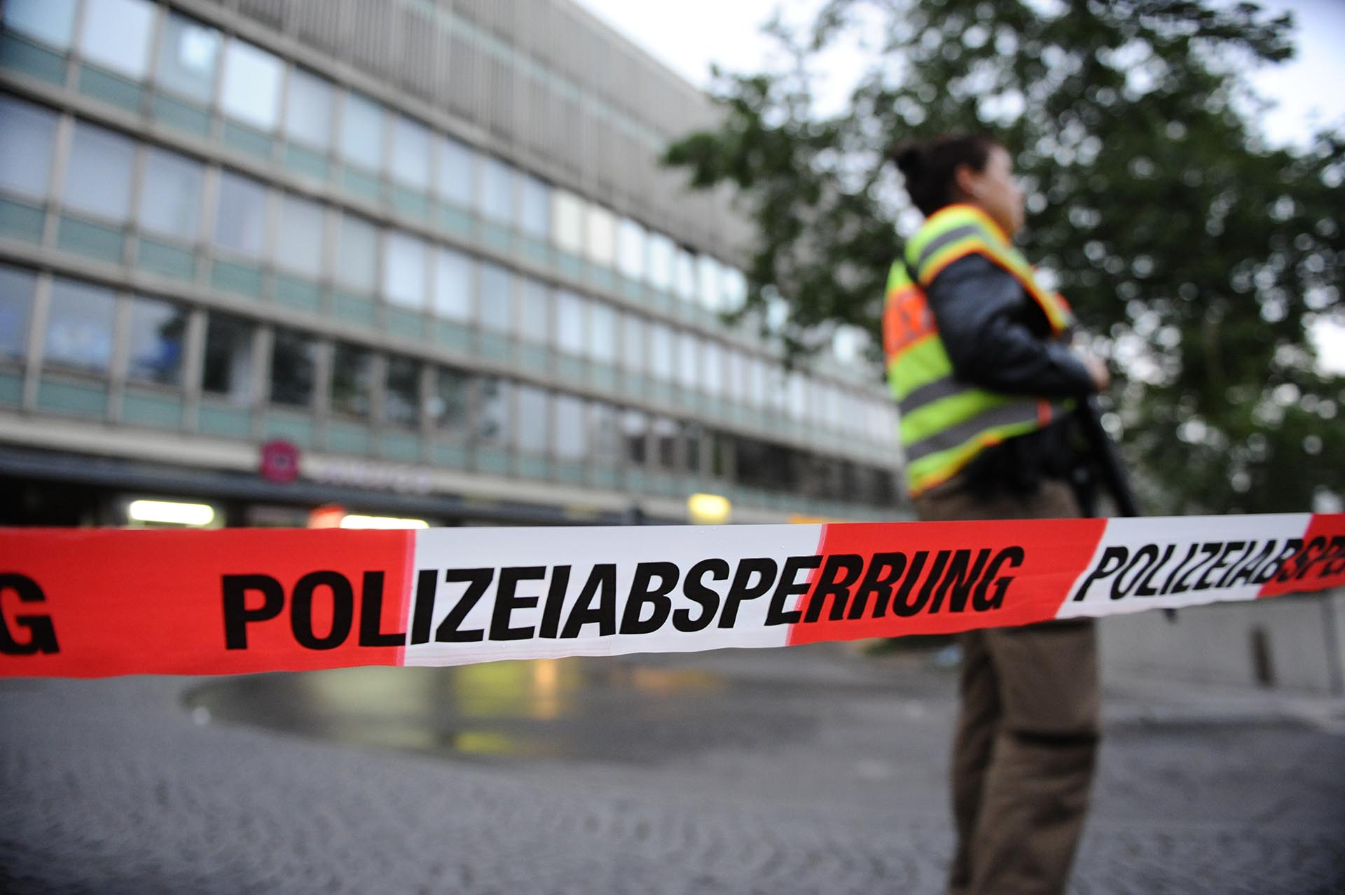 Police sign blocks the entrance to the main train station following shootings at a shopping mall earlier on July 22, 2016 in Munich. Six people were killed and several gravely injured on Friday in a shooting rampage at a Munich shopping centre, with the attackers still believed to be at large. / AFP PHOTO / dpa / Andreas Gebert / Germany OUT