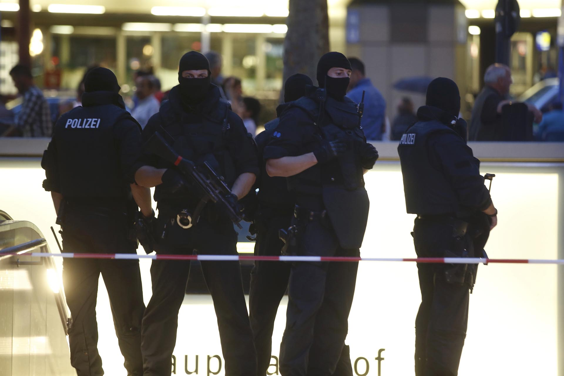 Special force police officers stand guard at an entrance of the main train station, following a shooting rampage at the Olympia shopping mall in Munich, Germany July 22, 2016. REUTERS/Michael Dalder