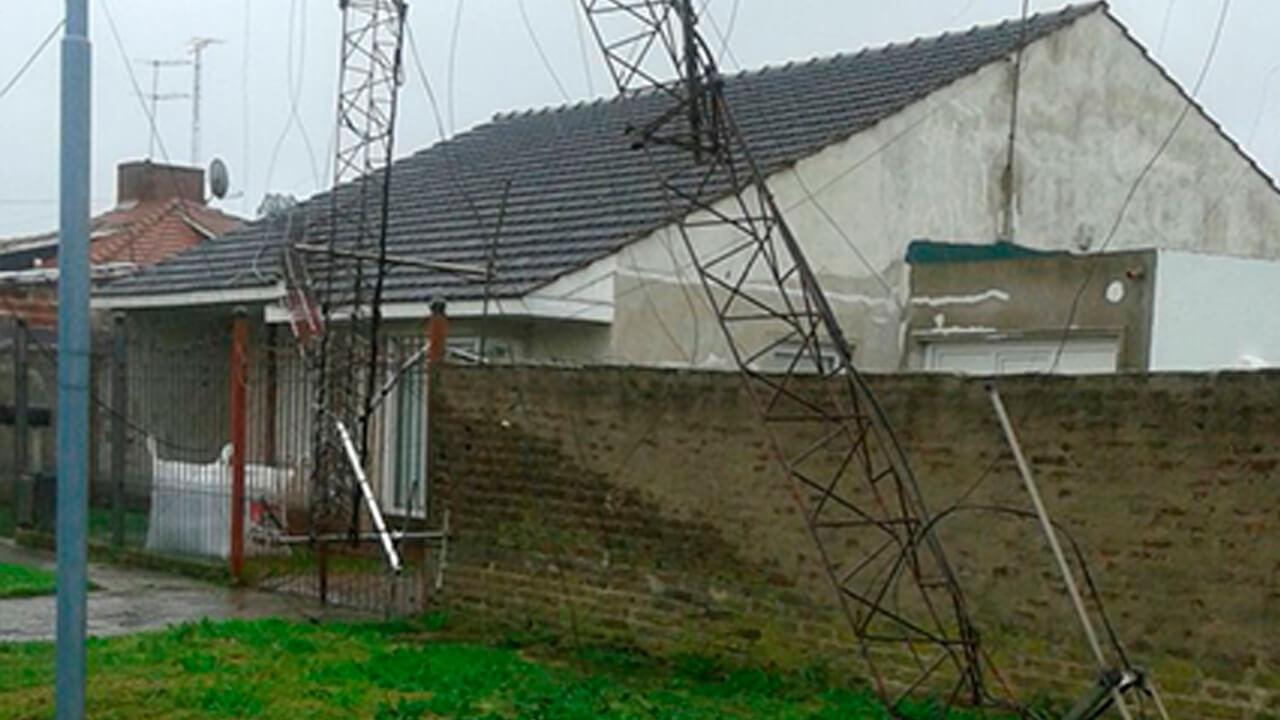 cae-antena-sobre-casa-3