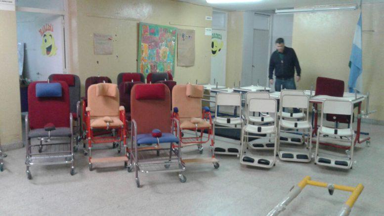 Contin a la entrega de mobiliario para escuelas for Mobiliario para escuelas